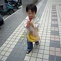 (2Y5M)散步-提著心愛的香蕉好高興