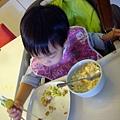 (2Y5M)筷子越來越熟練