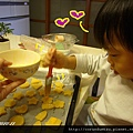 (2Y5M)做餅乾26-步驟18-寶寶搶著塗蛋汁
