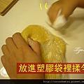 (2Y5M)做餅乾08-步驟5-放進塑膠袋裡揉勻