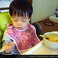 (2Y5M)筷子越來越熟練02