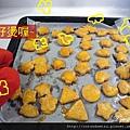 (2Y5M)做餅乾30-步驟22-好燙