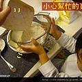 (2Y5M)做餅乾06-步驟3-篩進麵粉+泡打粉
