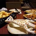 (6M)就是因為被公子破局,長頸鹿孤拎拎躺在桌上