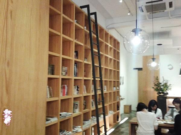 文藝氣息逸出來的書架