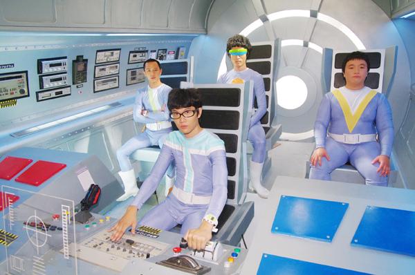 宇宙人坐在太空艙內照片