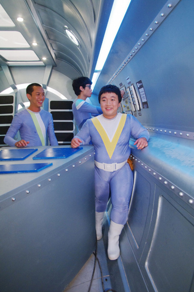 鼓手魏胖被卡在太空艙進退不得, 笑翻所有人