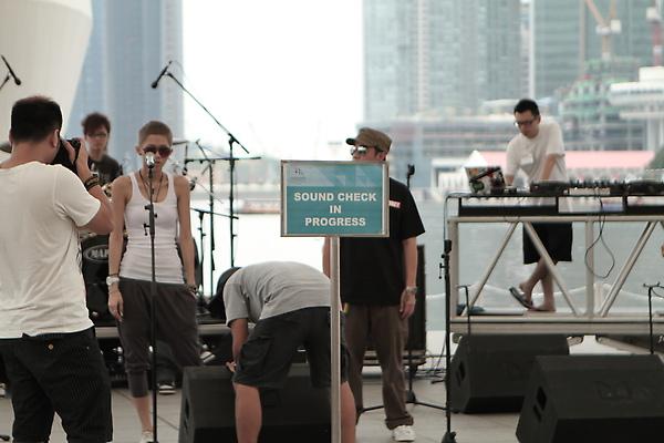 這告示牌很有意義,這樣台下先來的觀眾會知道台上的樂團在彩排.