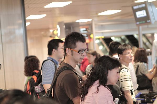 是他!偷偷複製阿奎的眼鏡!