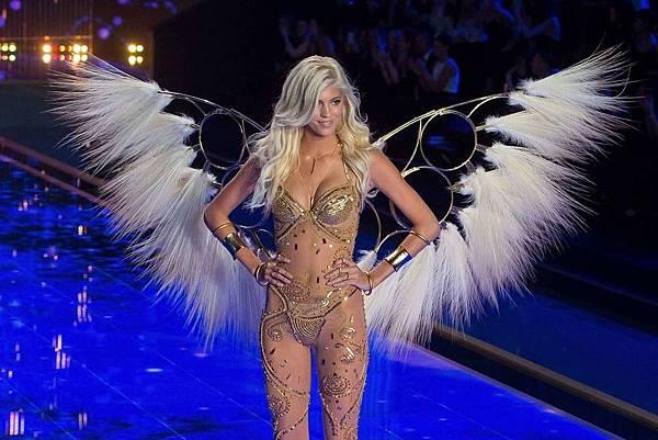 黛芬溫莎(Devon Windsor)是今年才剛竄起的新進名模,詮釋這套金色內衣非常耀眼