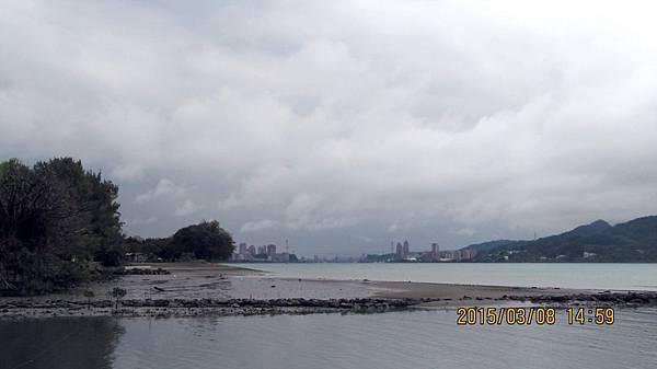 10403008021淡水捷運站前的河景.JPG