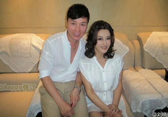 劉曉慶與嫰男在旅館房間合照, 疑沒穿內褲.jpg