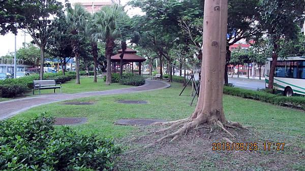 1040925031玉成街口的小公園.JPG