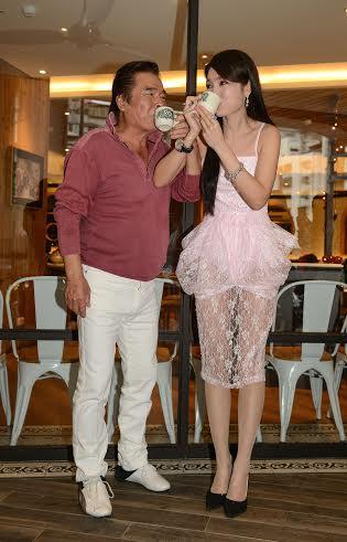 雷洪(左)和海倫清桃劇中演夫妻,昨現場喝交杯茶。民視提供