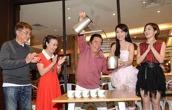 導演梁修身(左起)、阮氏翠恆、雷洪、海倫清桃、楊羽霓昨為《新娘嫁到》慶功。民視提供