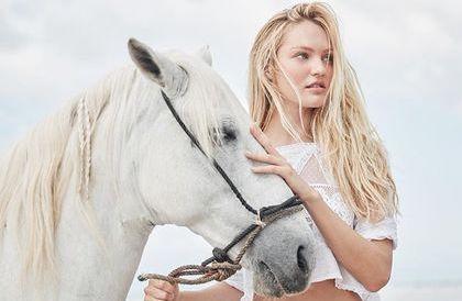 甘蒂絲史旺波在照片中裸身騎白馬,火辣美照再添一筆