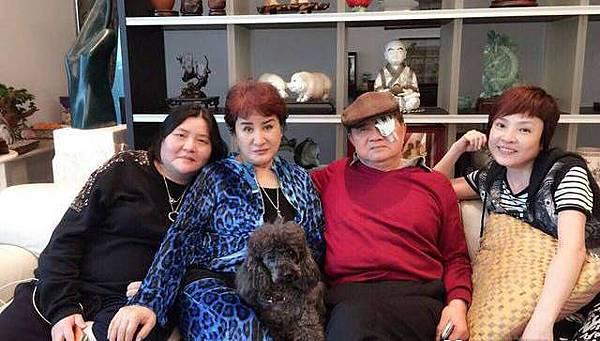 邱瓈寬(左起)今天在楊麗花的大直家,與洪文棟合影,右為紀麗如