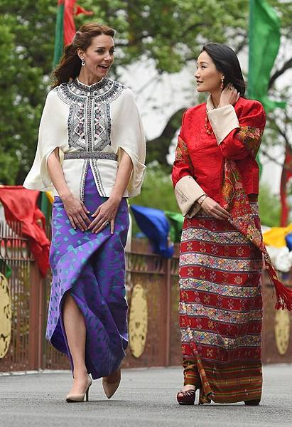 身穿PAUL %26; JOE羊毛刺繡披風的凱特王子妃以及不丹王后皮瑪(Jetsun Pema)。.jpg