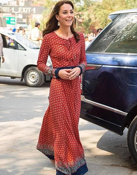 凱特王子妃以Glamorous長洋裝搭配英國Acessorize耳環.jpg
