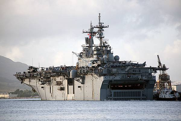 1024px-US_Navy_090204-M-5633L-005_The_amphibious_assault_ship_USS_Boxer_(LHD_4)_pulls_pier_side_during_a_port_visit_to_U.S._Naval_Base,_Ma.jpg