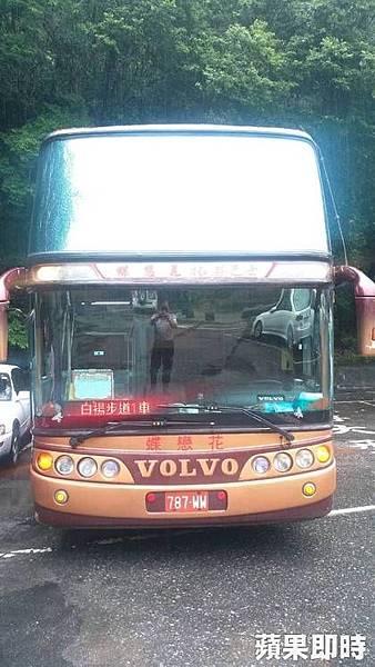 遭砸中的遊覽車