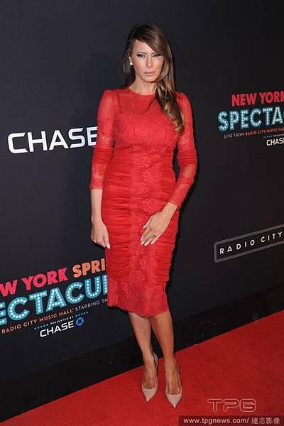 瑪蓮妮亞去年以紅色蕾絲皺褶緊身洋裝參加紐約活動.jpg