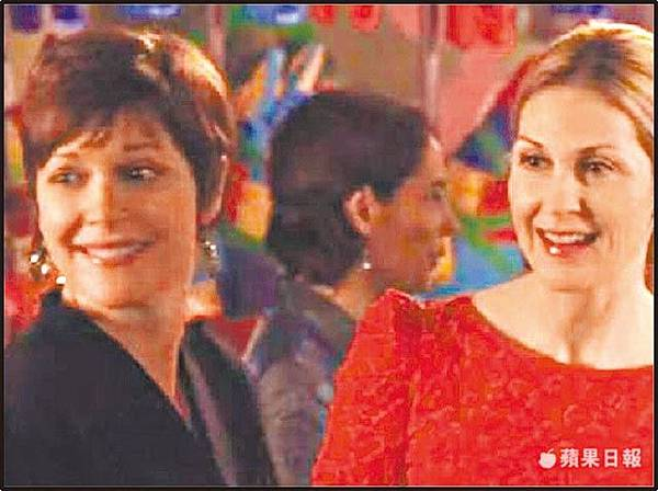 麗莎馬斯特(左)曾在《花邊教主》中客串演出