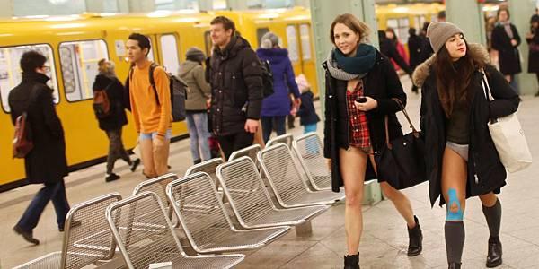 一年一度的地鐵無褲日(No Pants Subway Ride)周日(8日)在全球60個城市舉行。