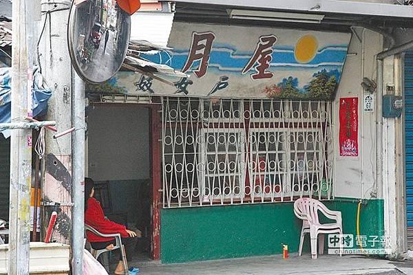 宜蘭縣目前僅存2家合法妓女戶與10名合法娼妓,每天都可見公娼坐在門口迎客