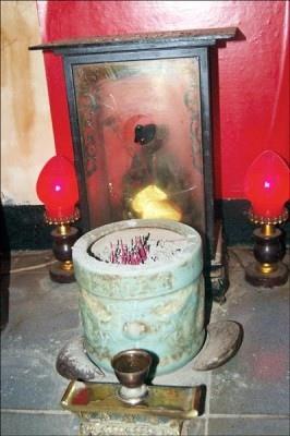 公娼館的神案下別有洞天,擺著豬八戒「天蓬元帥」神像,前頭設有香爐、一對筊,還有一只酒杯,性工作者得天天上香膜拜