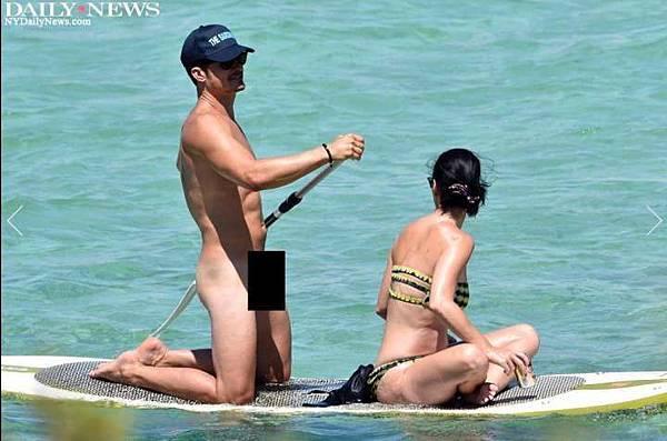 全裸的奧蘭多布魯(左)意外曝光神鵰尺寸