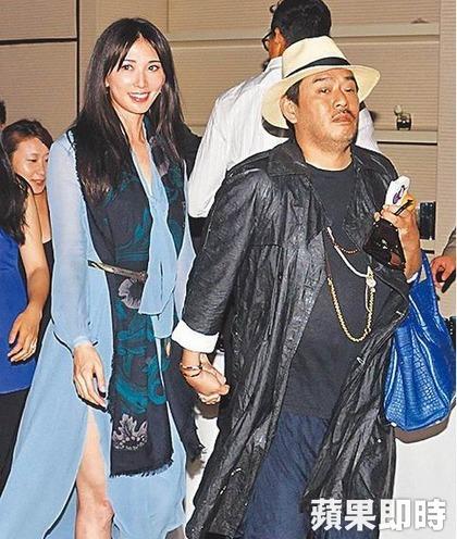 林志玲在上海出席時尚活動,被任職時尚公關業的鬍渣男十指緊扣