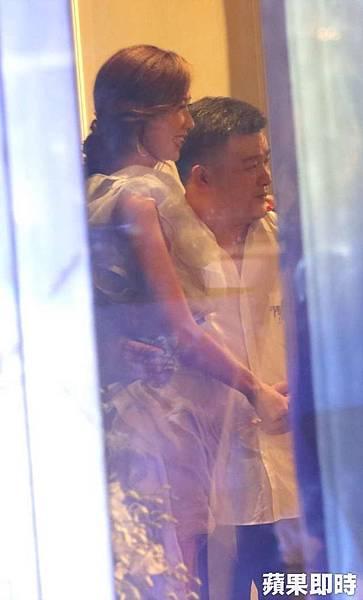 林志玲(左)被男子拉手摟腰合照