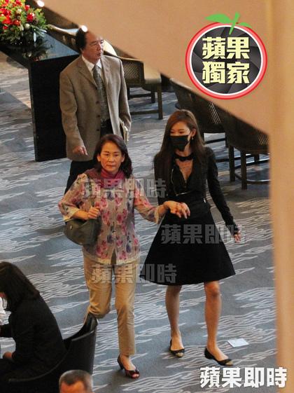 林志玲(右)與母親吳慈美十指交扣感情親密,父親林繁男緊跟在後
