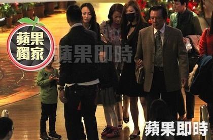 林志玲(右三)左右手勾著爸媽,與嫂嫂劉思綺(左二)、哥哥林志鴻(左一)一同離去