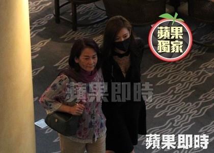 林志玲(右)穿著V領黑色洋裝,勾著媽媽吳慈美的手,小露性感