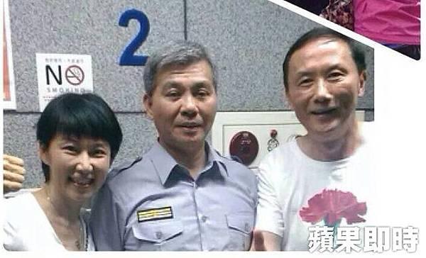台北市議員李新還與緋聞女友郭新政一同與中正一分局長方仰寧合照