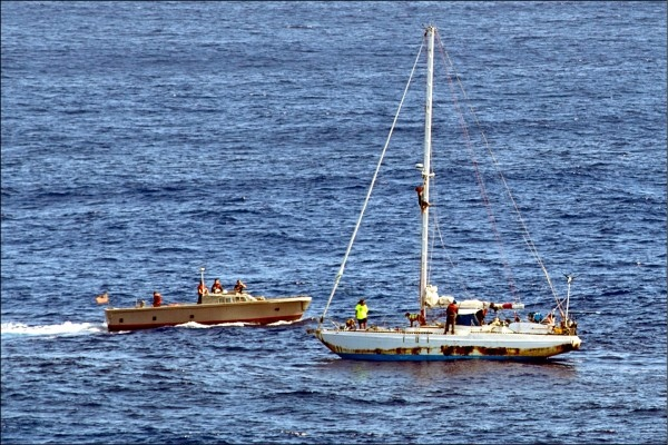 美國海軍兩棲登陸艦艾希蘭德號二十五日派出小船,救援兩名乘船漂流海上五個多月的夏威夷女子