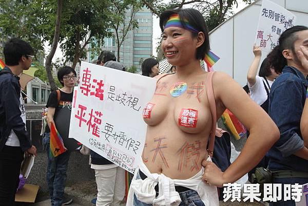 國中教師鄭敏以近乎上空造型參加同志遊行,成為遊行焦點