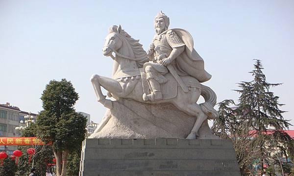 在河南省固始縣陳元光廣場上的陳元光雕像,由福建省雲霄縣捐贈