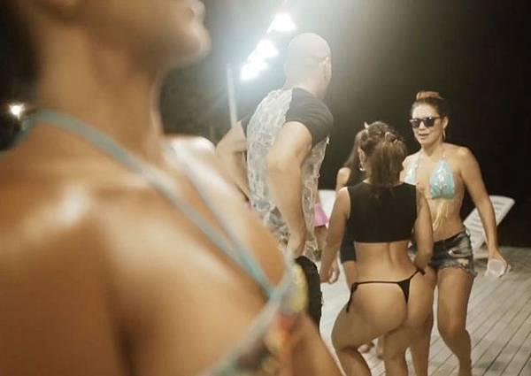 推出「性愛假期」成名的哥倫比亞成人娛樂公司「Good Girls Company」,這次要推出「群交慶跨年」的活動1