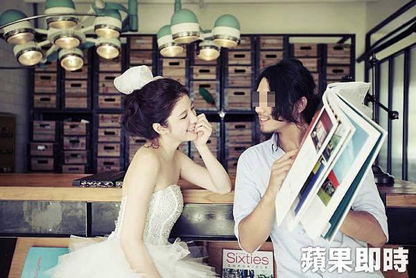 群交事件的攝影師本身也當過模特兒,與知名網拍模特兒陳泱瑾一起拍攝婚紗照-