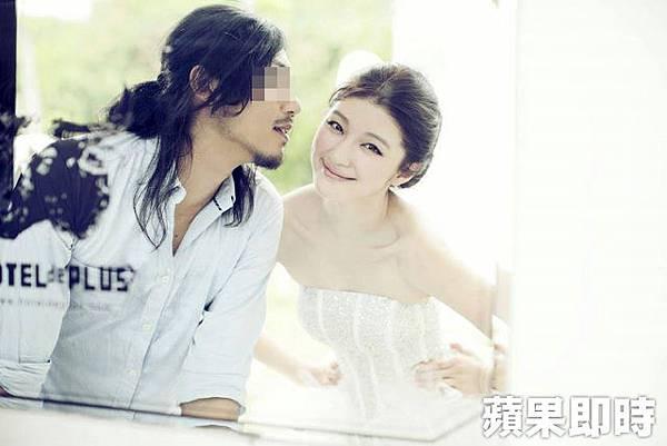 群交事件的攝影師本身也當過模特兒,與知名網拍模特兒陳泱瑾一起拍攝婚紗照。翻攝穆姓攝影師臉書