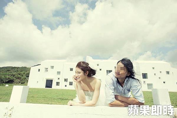 群交事件的攝影師本身也當過模特兒,與知名網拍模特兒陳泱瑾一起拍攝婚紗照2