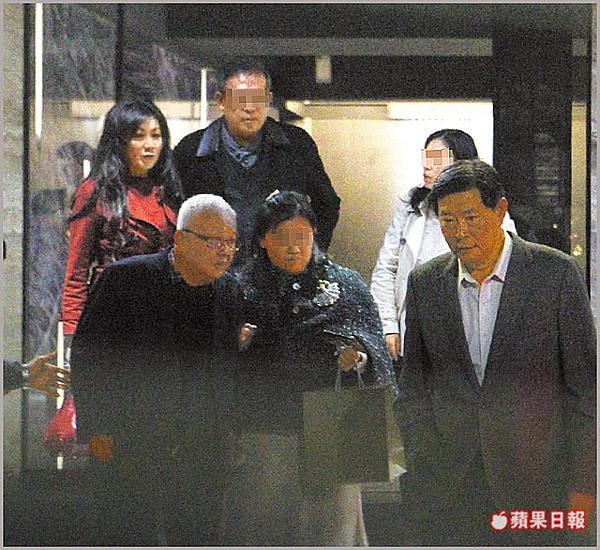 21:38王燕軍(右)與陳敏薰(左上)出席餐敘,劉泰英(左)也在場。