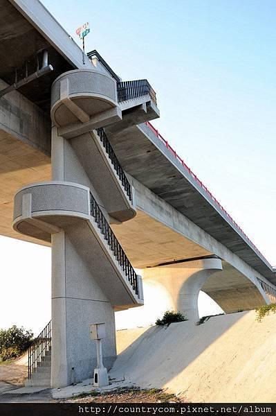 七股溪橋-南端迴梯.jpg