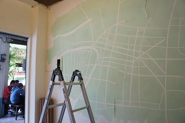 動手在牆上畫地圖.也不知哪來這麼大膽子....