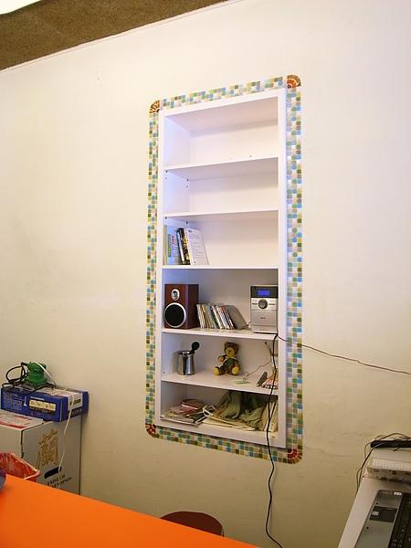 櫃台後方的音響及杯盤架,我用馬賽克融貼出一面框