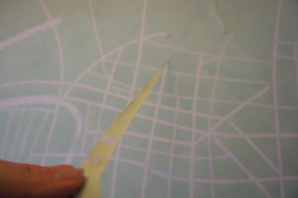 先打草稿,用紙膠貼出道路,再努力用滾筒刷上底色.