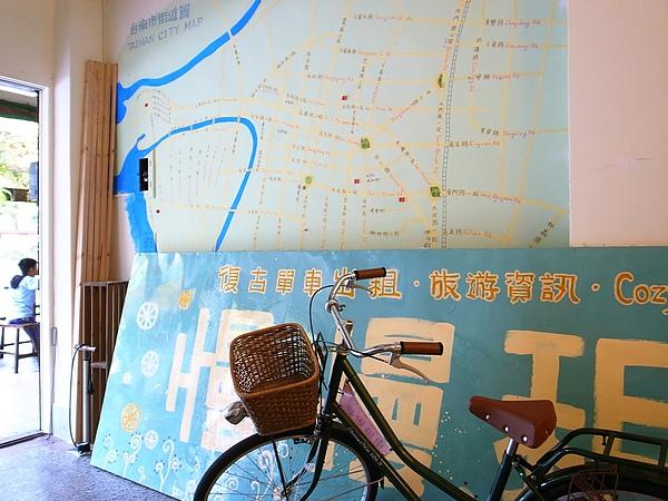招牌和牆上的地圖